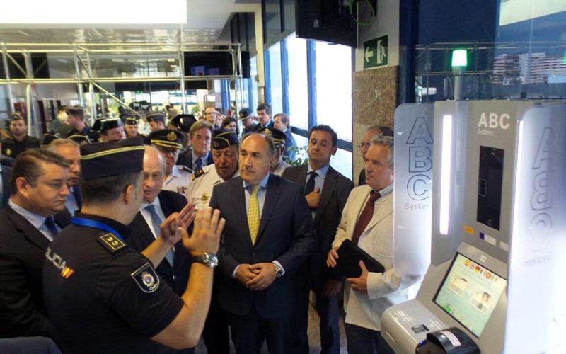 Visita al sistema de fronteras inteligentes del puerto for Foto del ministro del interior