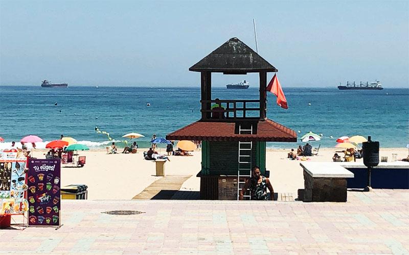 Algeciras playa de Getares con bandera roja foto de Hora Sur