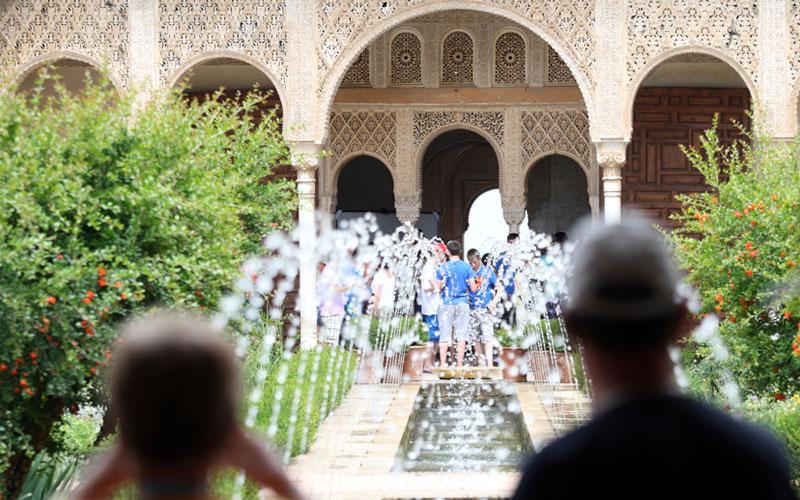 turistas-Alhambra-de-Granada-foto-de-Junta-de-Andalucia