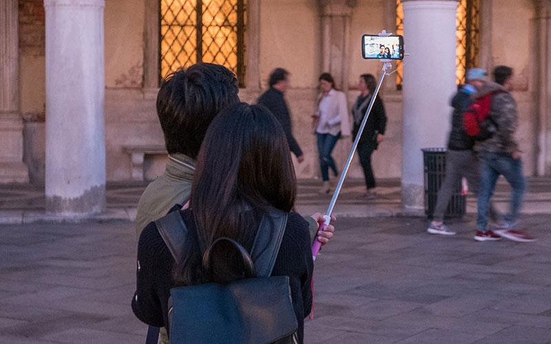 turistas-con-palo-selfie